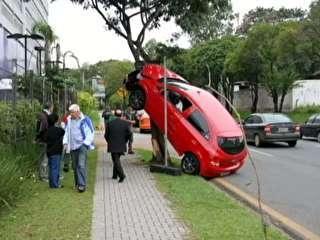 Motorista perde controle e carro