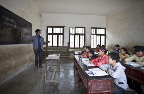 Crianças se arriscam em trilha perto de precipício para ir à escola