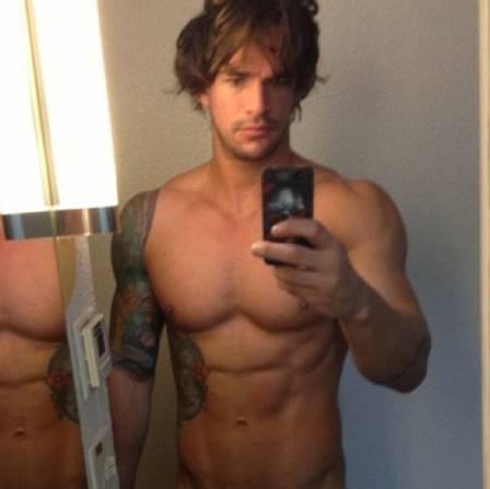 Ex-BBB Rodrigo posta foto sem roupa e pede ajuda para fãs: ?Alguém tem pente??