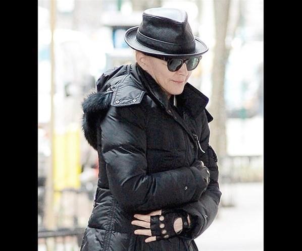 Madonna dispensa maquiagem e aparece quase irreconhecível
