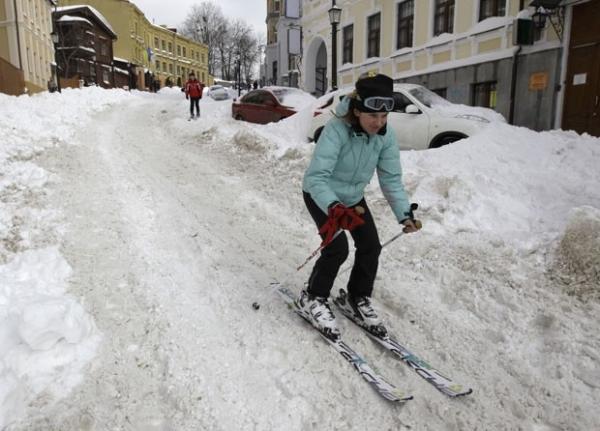 Mulheres encaram frio e andam nuas de snowboarding na Ucrânia
