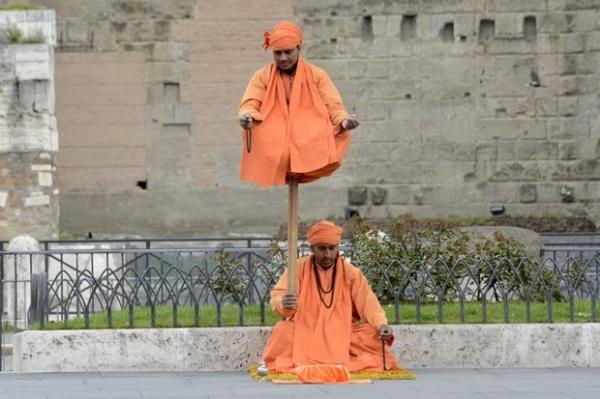 Artistas de rua exibem truque de levitação na Itália