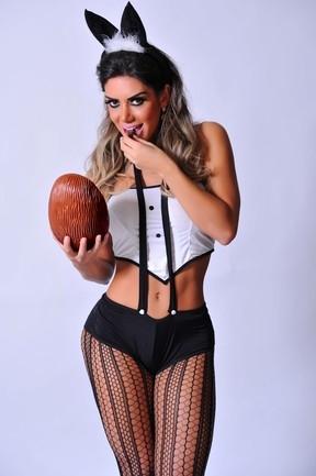 Em clima de páscoa, Graciella Carvalho encarna coelhinha sexy