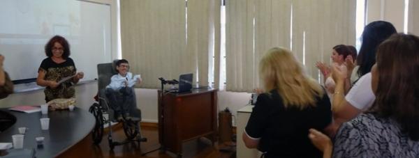 Gaúcho com atrofia cria teclado virtual e recebe nota máxima no mestrado