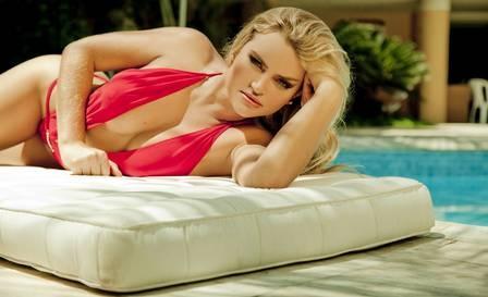 Thaíz Schmitt, Coelhinha da Playboy, posa sexy e defende Bruna Marquezine de fama de ciumenta