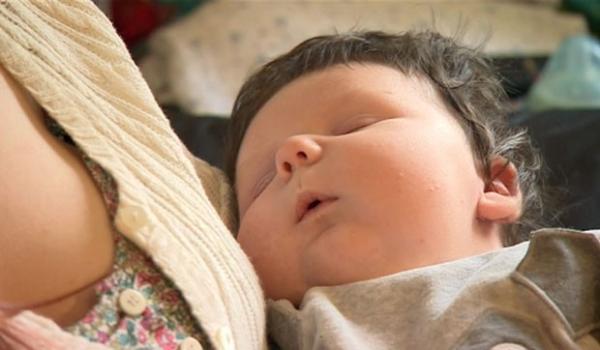 Bebê de 7 kg se recupera após falta de oxigênio em parto difícil