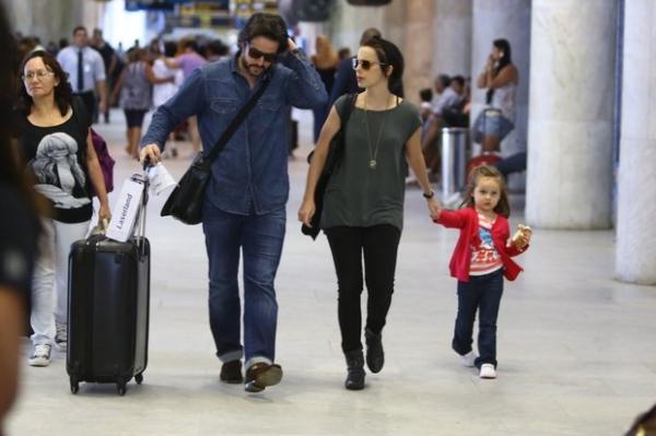 Em família: Débora Falabella embarca com a filha e Murilo Benício