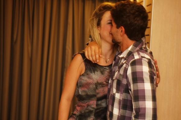 Fernanda e André posam em clima de romance em hotel e dizem: