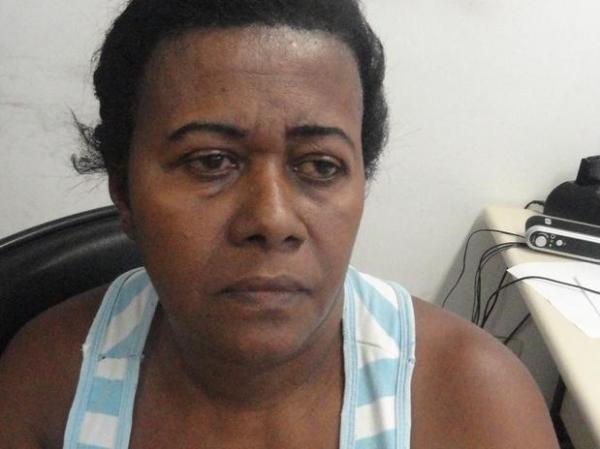 Mulher traficante é presa com drogas e põe culpa no filho inocente