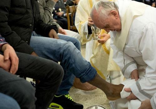 Papa Francisco lava pés de jovens detentos em Roma