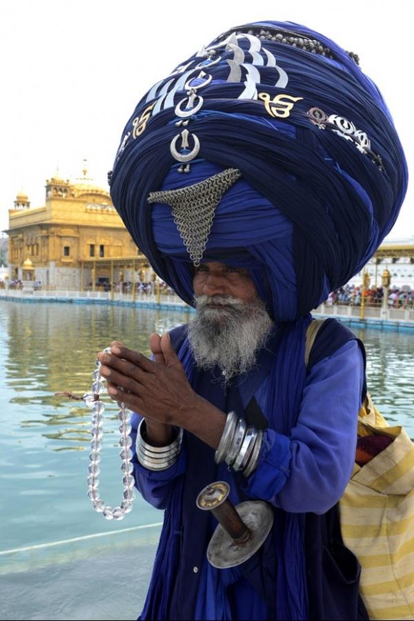 Tradicional guerreiro exibe turbante de 325 metros na Índia