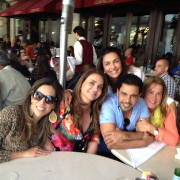 Zilu Camargo posta foto agarradinha com Zezé durante almoço com amigos