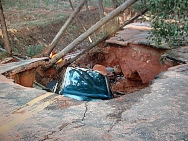 Adutora de água se rompe e carro é engolido por cratera