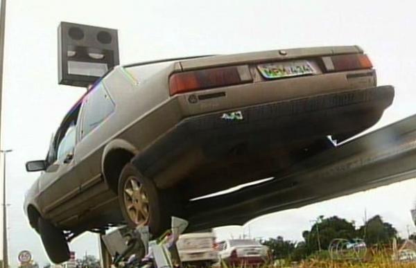 Motorista deixa carro pendurado em proteção de estrada e foge
