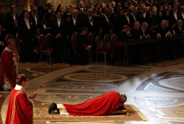 Papa Francisco reza deitado no chão ao celebrar a Paixão de Cristo