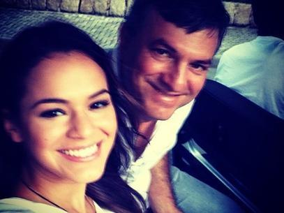 Sem Neymar, Marquezine posta foto com o pai: