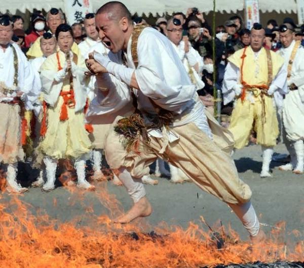Budista anda sobre chamas em ato para celebrar a primavera no Japão