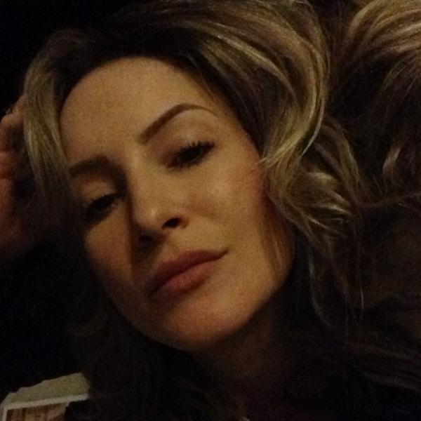 Claudia Leitte curte noite com o marido e ressalta: