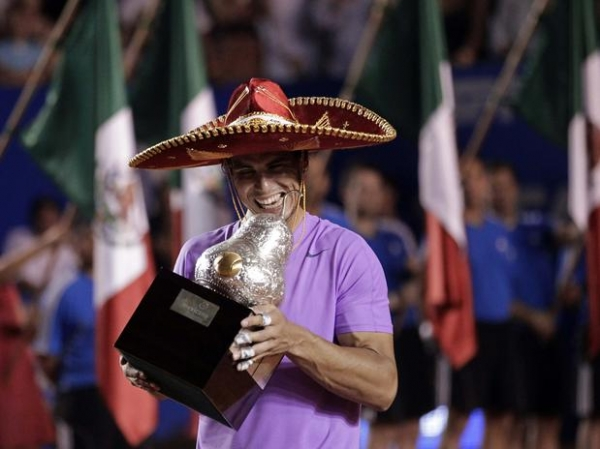 Com direito a pneu, Nadal vence Ferrer e é campeão