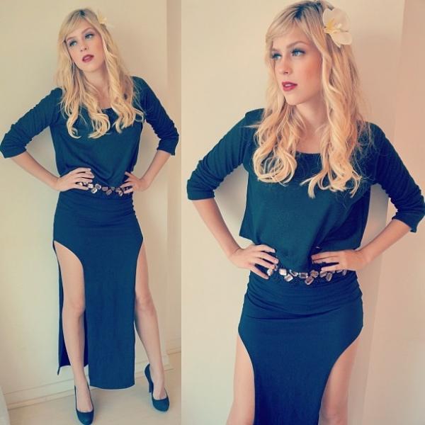 Sophia Abrahão posta foto com vestido de fendas enormes