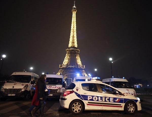 Torre Eiffel é reaberta após ameaça de bomba