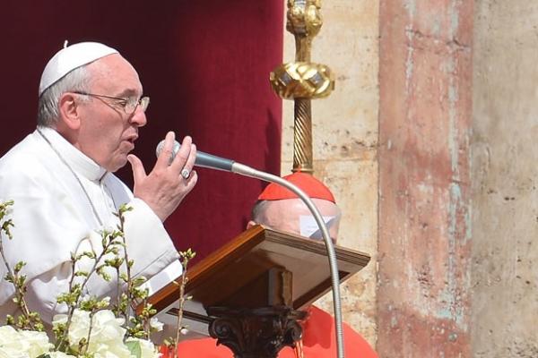 Acompanhado de 250 mil fiéis, Papa pede paz e condena tráfico em mensagem de Páscoa