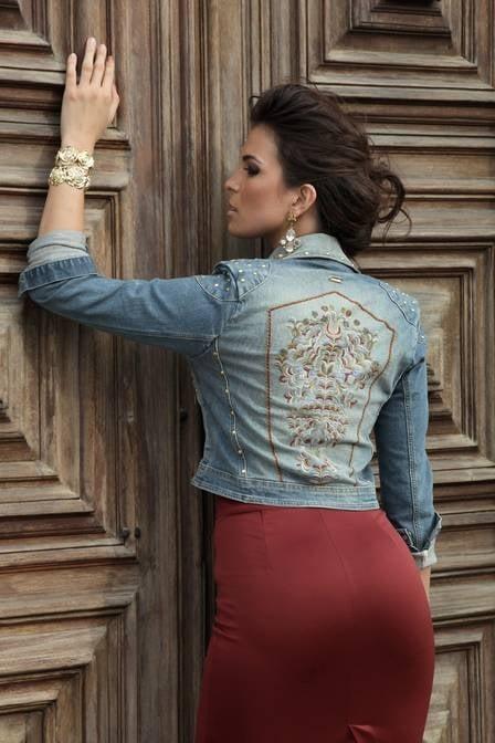 Ex-BBB Kamilla vive dia de modelo e mostra tendência barroca