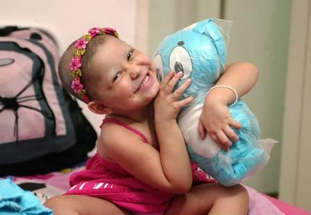 Menina conhece doador anônimo que a salvou 4 anos após transplante de medula óssea