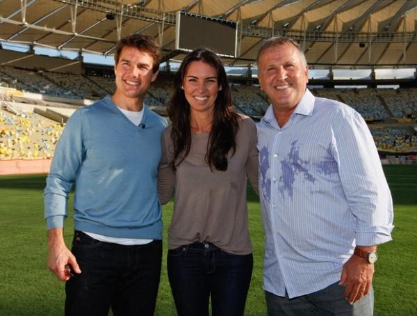 Tom Cruise ajoelha no gramado do Maracanã, se emociona e encontra Zico