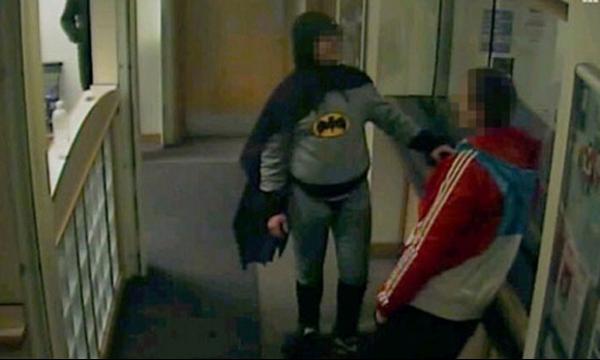 Inglês vestido de Batman entrega criminoso à polícia em delegacia