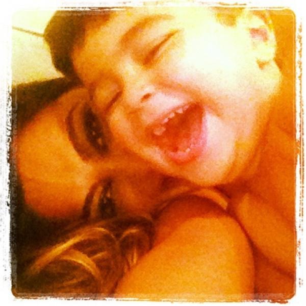 Juliana Paes brinca com o filho e posta foto: