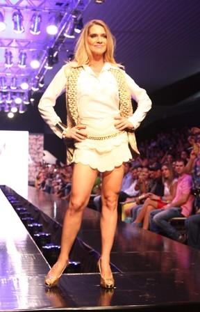 Letícia Spiller desfila de pernas de fora e exibe boa forma