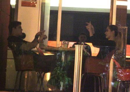 Cleo Pires janta abraçadinha com Rômulo Arantes Neto