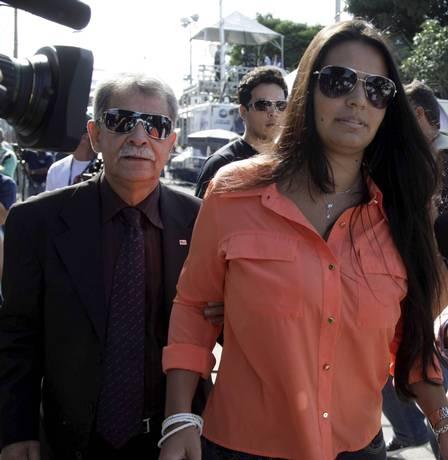 Mulher de Bruno atrai flashes ao chegar em fórum e vira musa do julgamento:
