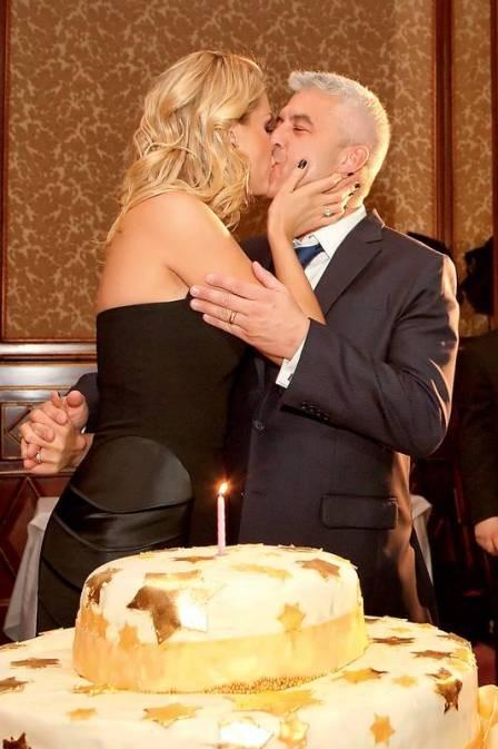 Ana Hickmann ganha beijão do marido durante festa surpresa em Milão