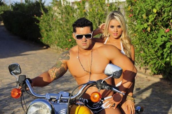 Aryane Steinkopf mostra curvas de biquíni e posa com namorado