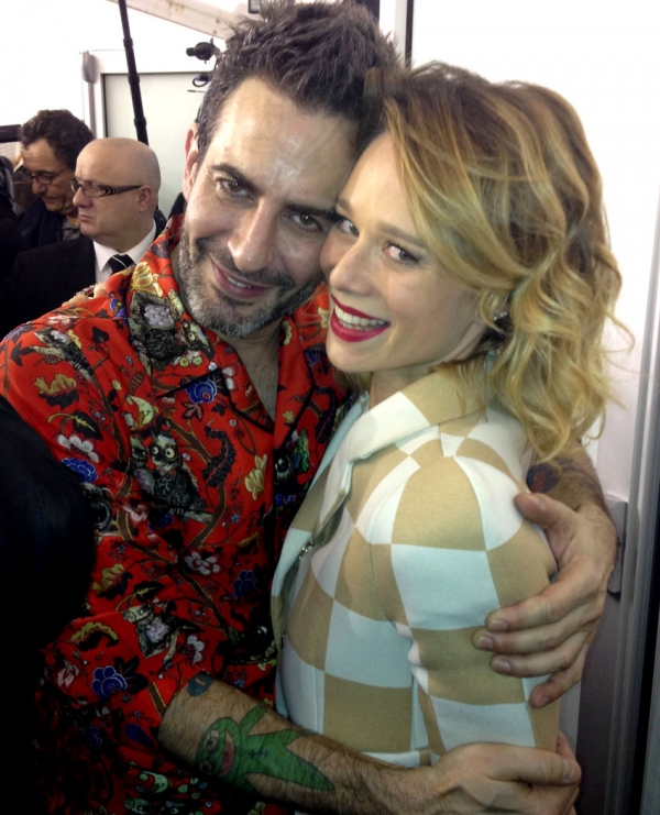 Paris:  Mariana Ximenes ganha lugar na 1ª fila da Vuitton entre megacelebridades