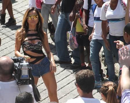 Sabrina Sato arrasta multidão e cai no funk ao gravar programa em favela