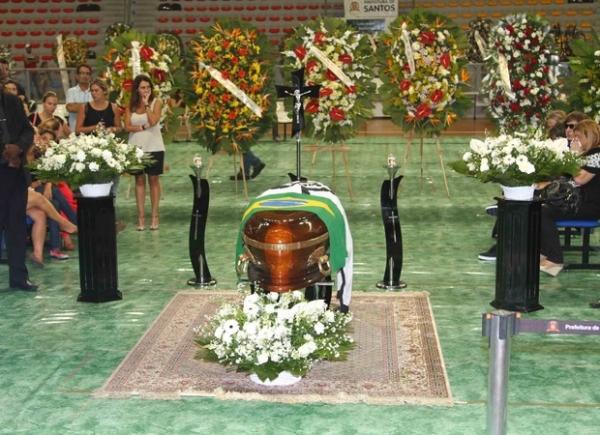 Amigos velam corpo de Chorão em Santos; família abre as portas a fãs