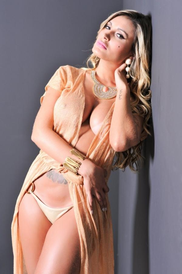 Andressa Urach capricha no decotão e no make para mandar beijo para fãs