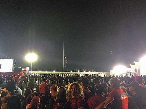 Com boina vermelha, Chávez está com semblante sereno e magro, dizem seguidores no adeus