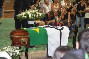 Família de Chorão aguarda aval de médico para cremação do corpo