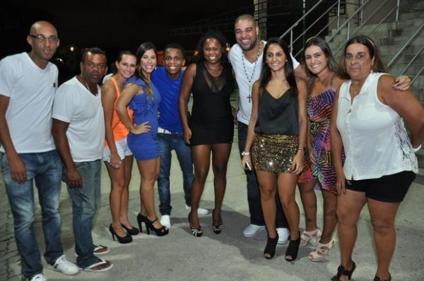 Adriano Imperador curte a noite carioca com a namorada e amigos