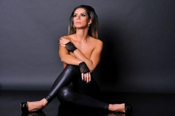 Graciella Carvalho faz topless em homenagem às mulheres