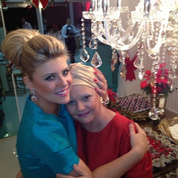 Iris Stefanelli parabeniza mãe, que se recupera de tratamento contra câncer