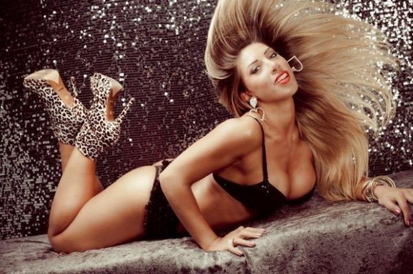 Tati Minerato fotografa de lingerie em ensaio sensual e mostra corpo