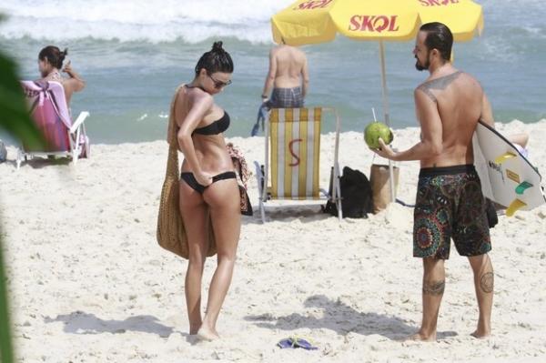 Thaila Ayala mostra a marquinha do biquíni para Paulo Vilhena na praia