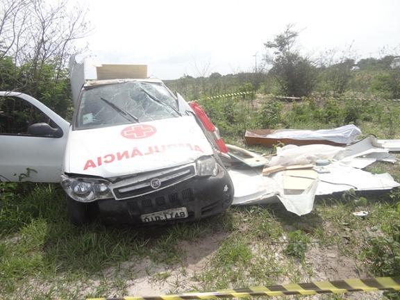 Ambulância transportando caixão com defunto capota na CE-085 e deixa 3 feridos