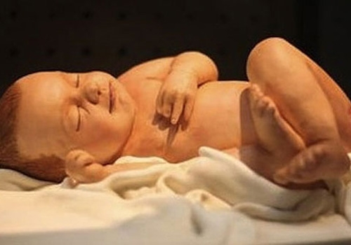 Bolos bizarros com forma de bebê para comemorar nascimento viram mania na Inglaterra