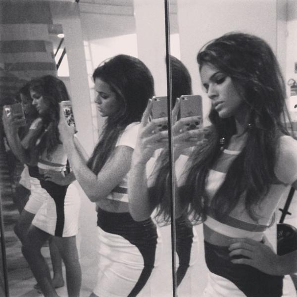 Bruna Marquezine posa em frente ao espelho e mostra seu look do dia